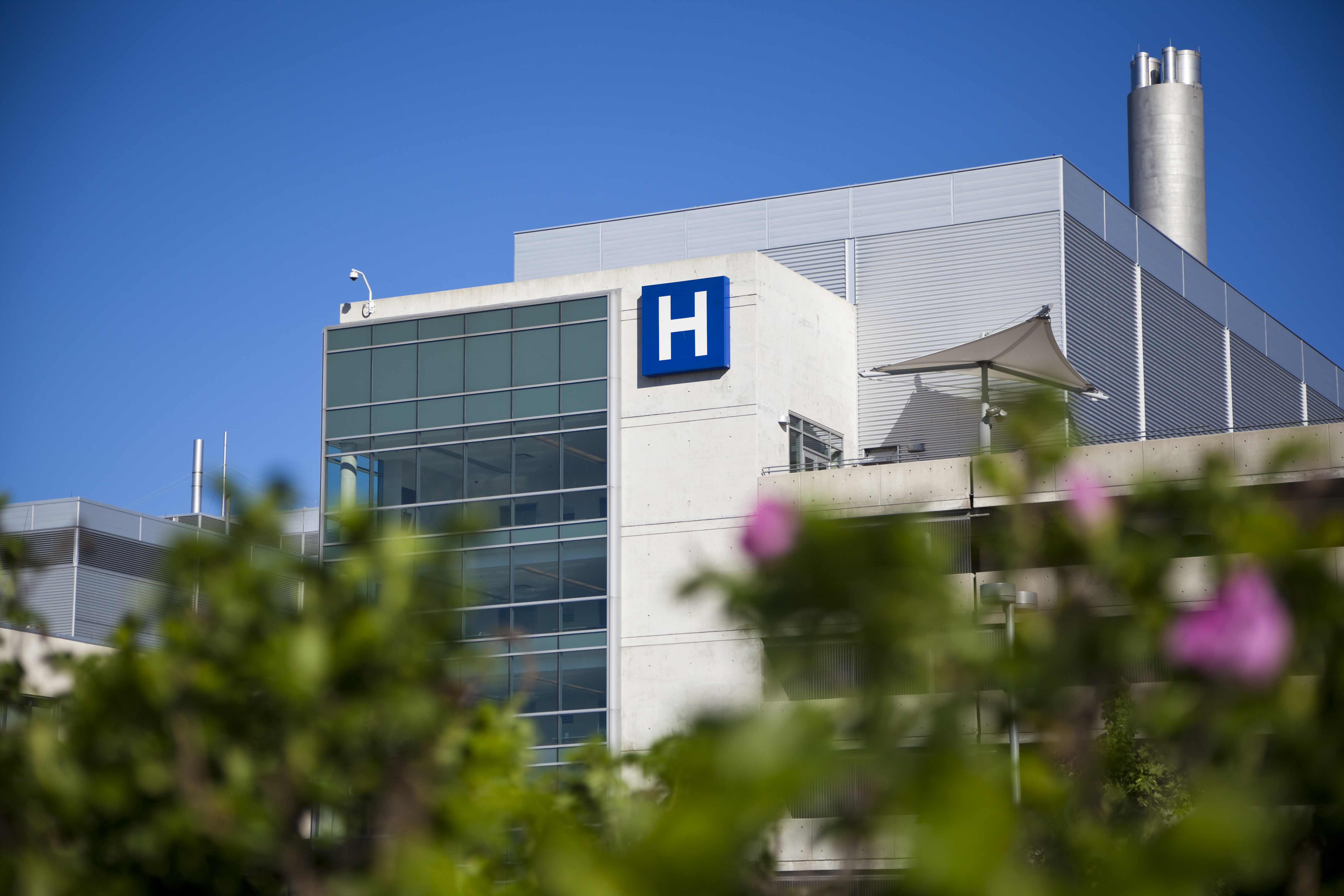 Photo of a hospital linking to an article about Court Affirms Public Hospitals Must Comply with Reproductive Privacy Act